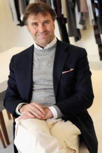Brunello Cucinelli nasce nel 1953 a Castel Rigone, un piccolo borgo in provincia di Perugia, da una famiglia contadina.  L'imprenditore italiano, tira su unn brand, completamente Made in Italy, fra i più lussuosi e particolari del tempo. | Close-up Engineering, sezione management.